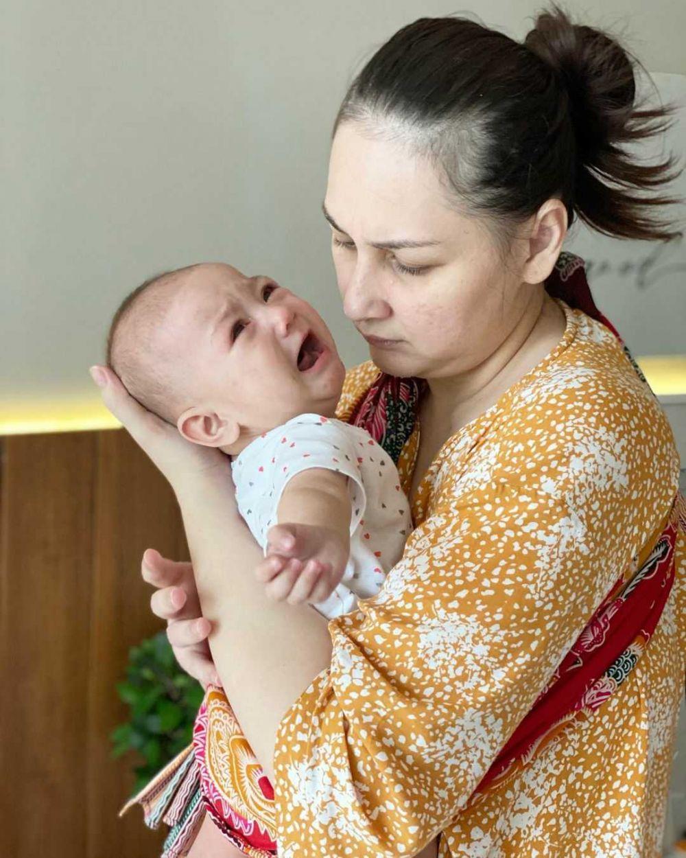 9 Potret Mona Ratuliu Saat Momong sang Anak Bungsu Numa, Keibuan!
