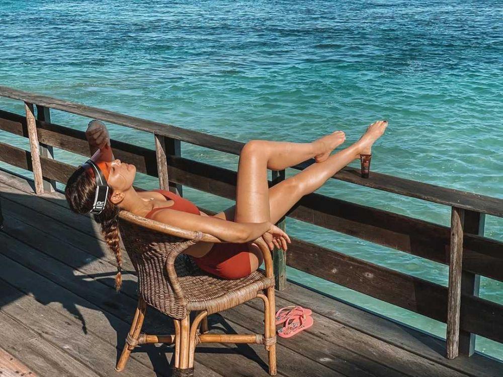 9 Pesona Artis Saat Menikmati Udara Segar di Pantai, Suasananya Indah!
