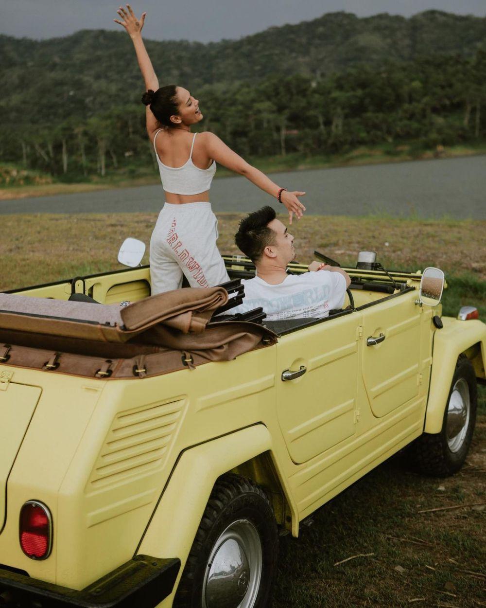 Romantis Terus, 10 Potret Gaya Pacaran Erika Carlina dan Kekasih