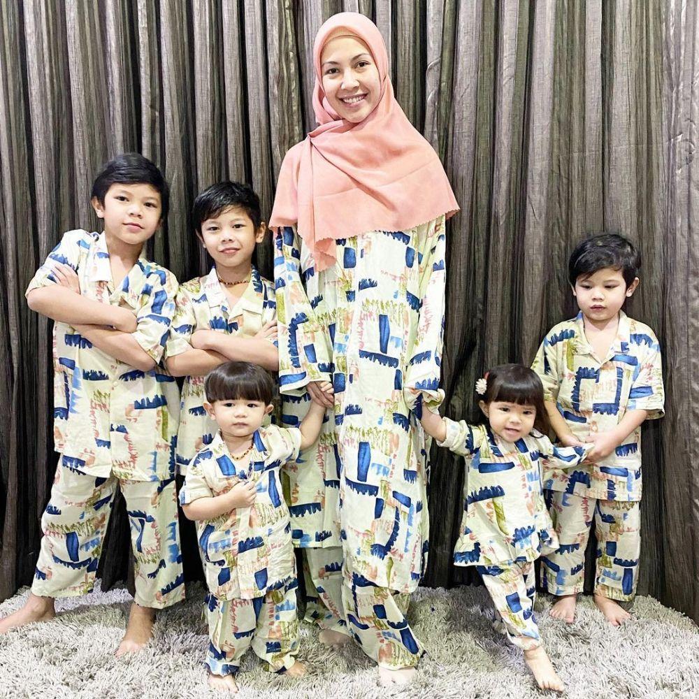 Super Mom! 10 Potret Kekompakan Ratna Galih dengan Lima Buah Hatinya