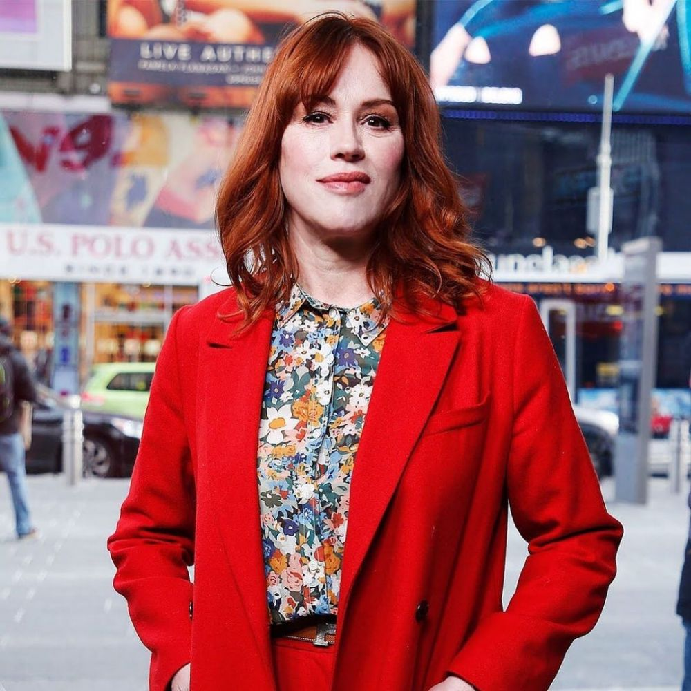 9 Potret Bugar Molly Ringwald, Kembali Akting di 'Kissing Booth 3'