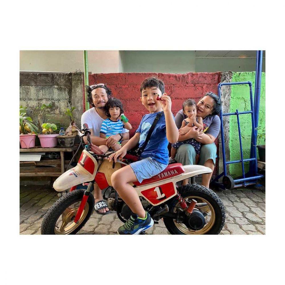 Dikaruniai Tiga Anak, 10 Potret Harmonis Keluarga Komedian Isa Bajaj
