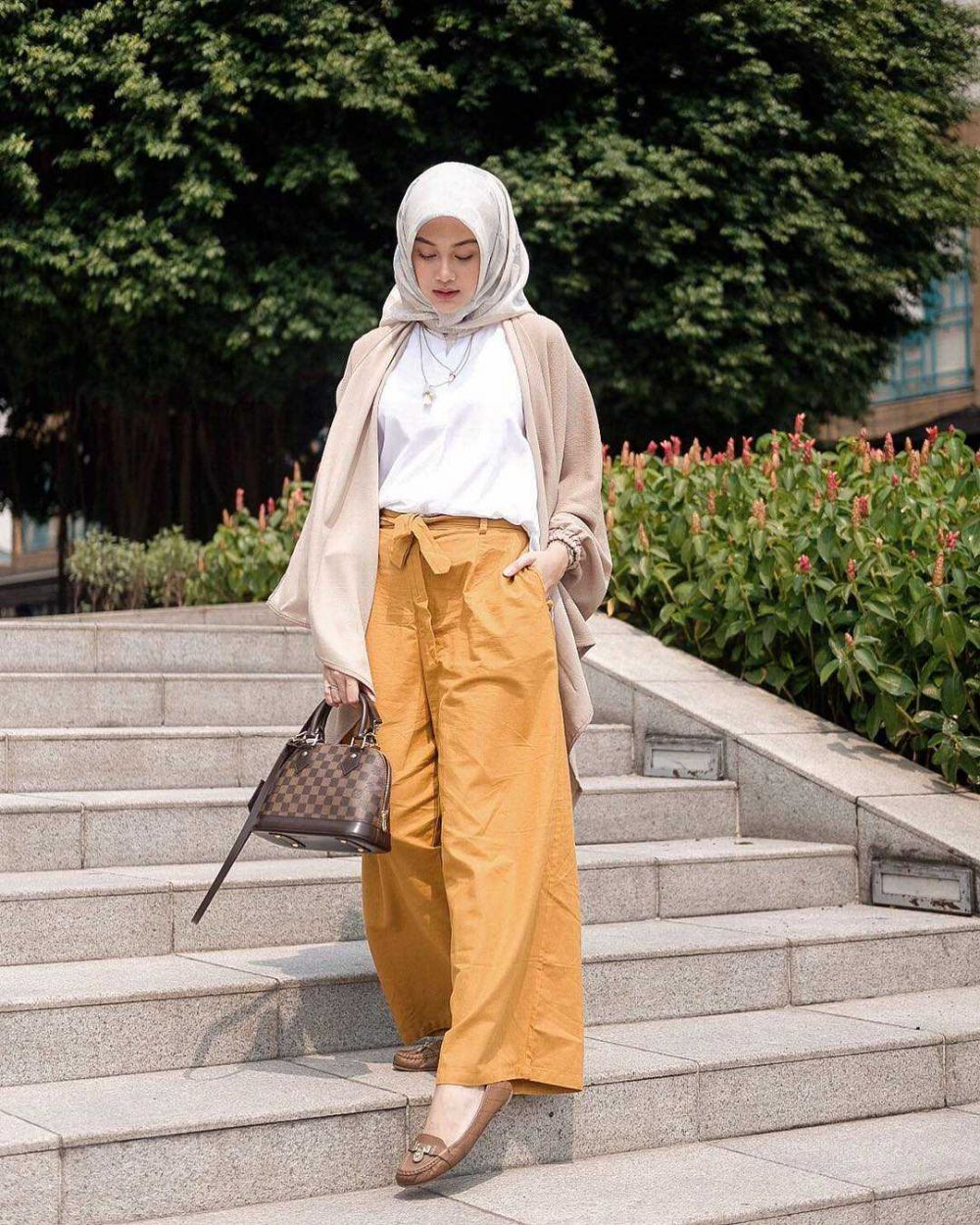 10 Ide Mix and Match Fashion Item Kuning ala Indah Nada Puspita