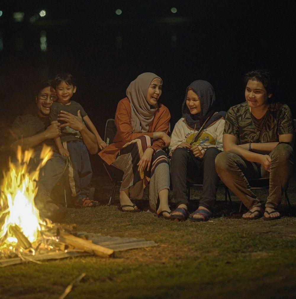 Dikenal Family Man, 10 Potret Kebersamaan Arie Untung dan Keluarga