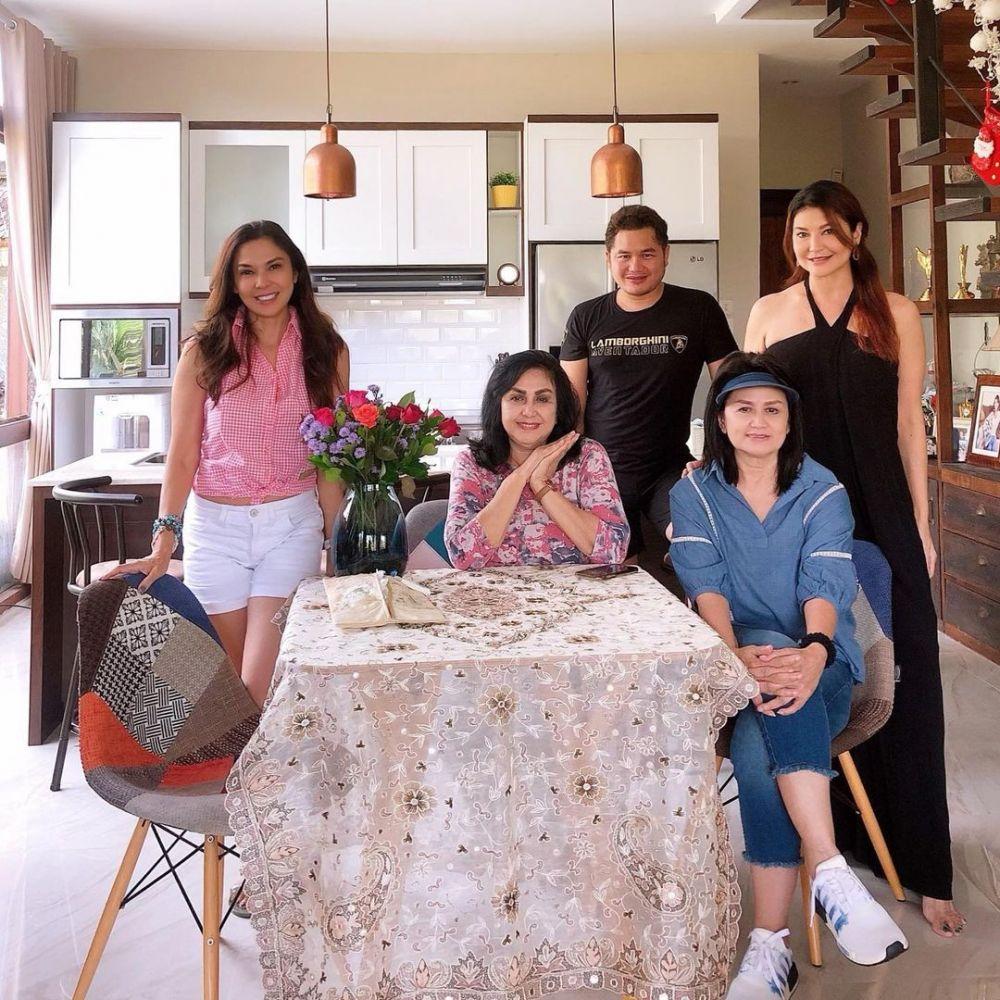 Jarang Diekspose, 10 Momen Manis Tamara Bleszynski Bersama Sang Ibu
