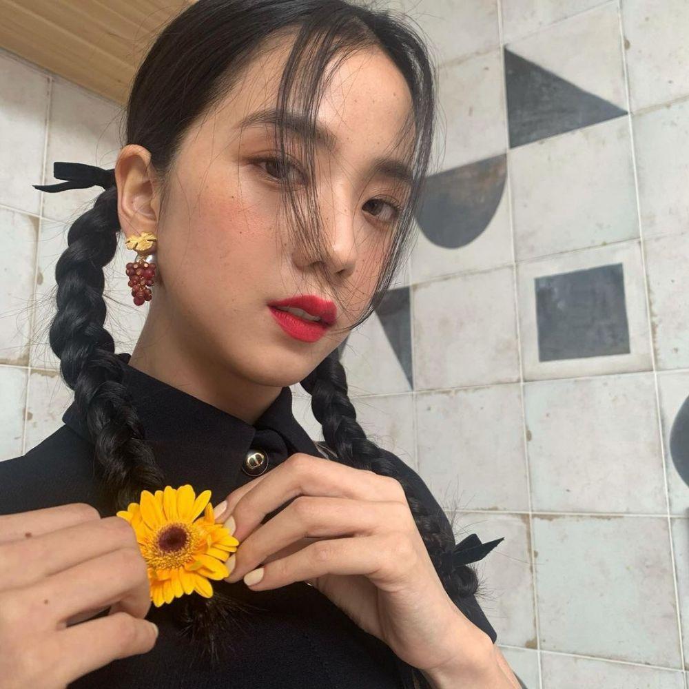 9 Potret Jisoo BLACKPINK dengan Gaya Rambut Kepang Dua, Menggemaskan!