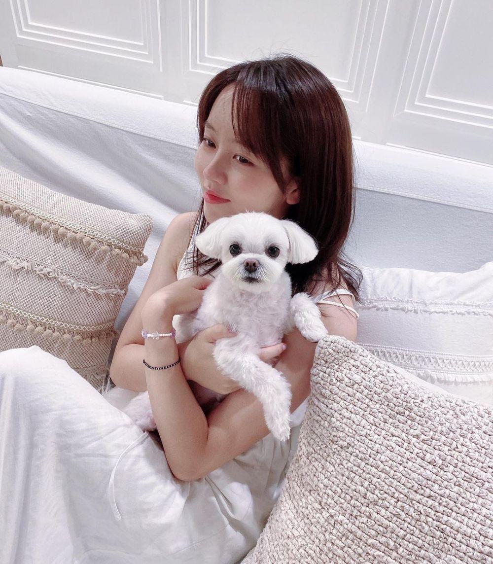 10 Potret Ceria Kim So Hyun Bersama Anjing Peliharaan, Gemas Banget!