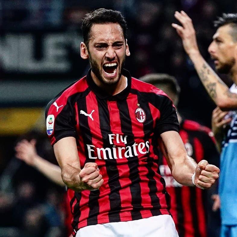 10 Potret Hakan Calhanoglu, Gelandang AC Milan yang Berparas Menawan