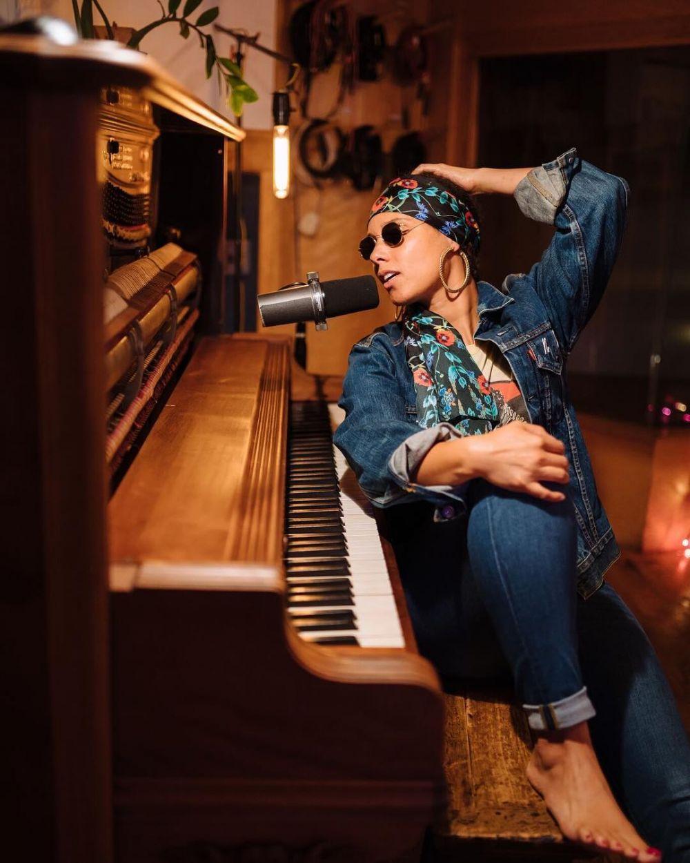 Ultah ke-40, Ini 9 Potret Alicia Keys dengan Piano yang Menawan Banget