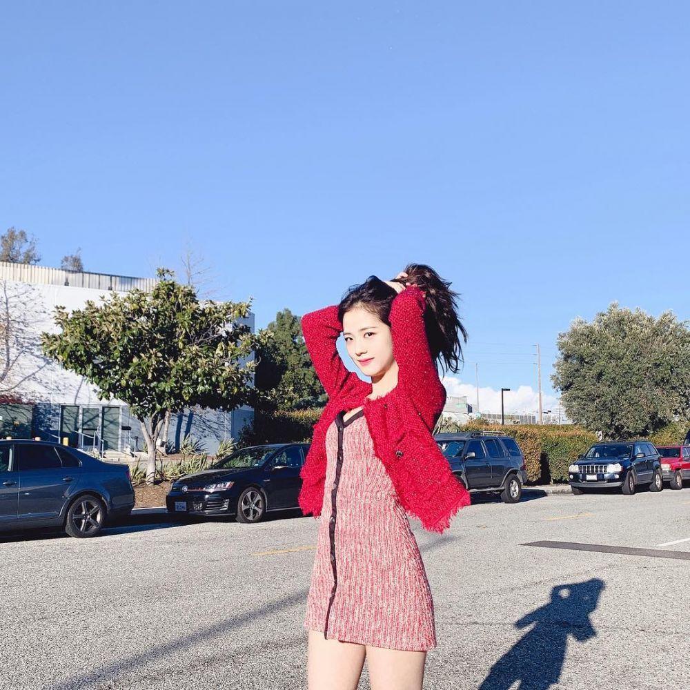 10 Ide Pose Foto Outdoor ala Jisoo BLACKPINK, Bikin Sosmed Makin Kece!