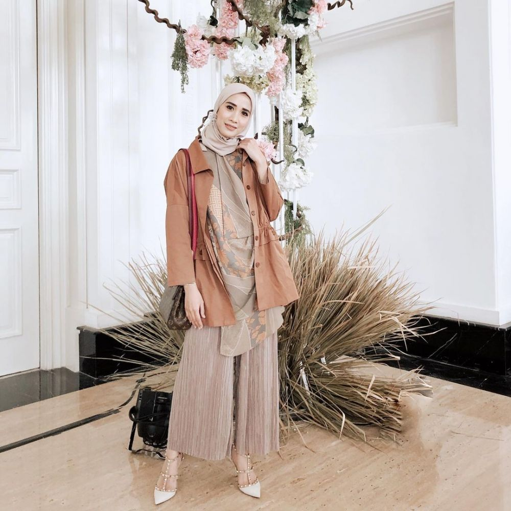 10 Ide Mix and Match Outer Hijab ala Fanny Fabriana, Bisa Disontek!