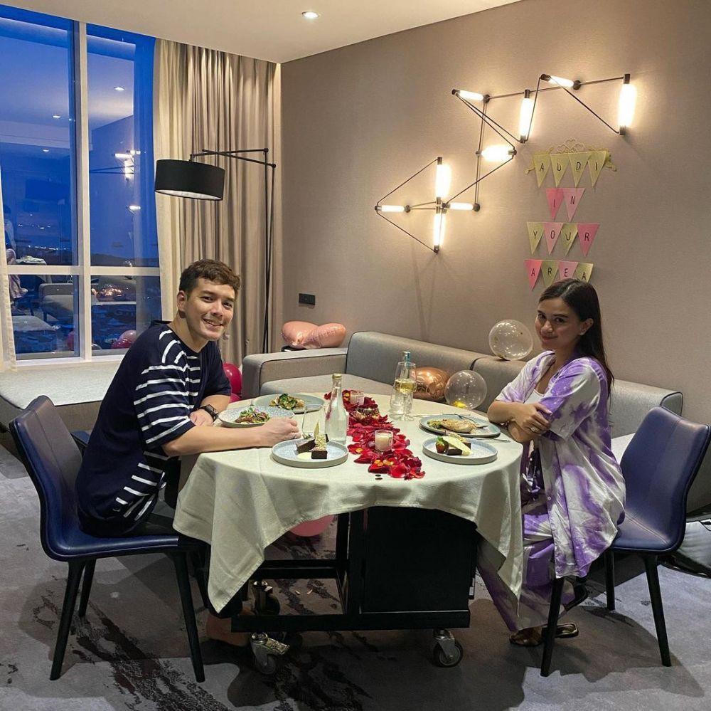 Mesra Terus, 10 Potret Dinner Romantis Artis yang Bikin Baper
