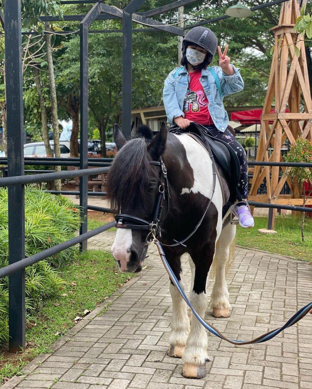 Jadi Ketagihan, 10 Potret Seru Astrid Tiar dan Buah Hati saat Berkuda