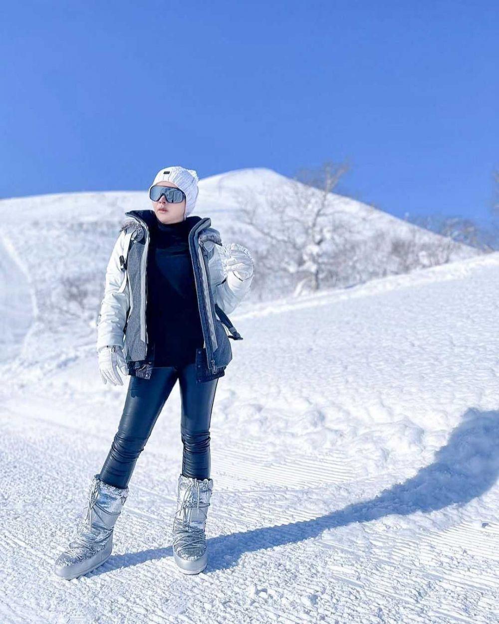 9 Potret Syahrini di Tengah Hamparan Salju, Tetap Hangat Bersama Reino
