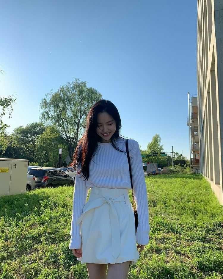 Simpel dan Trendi, 9 Potret Naeun Apink dalam Balutan Outfit Putih