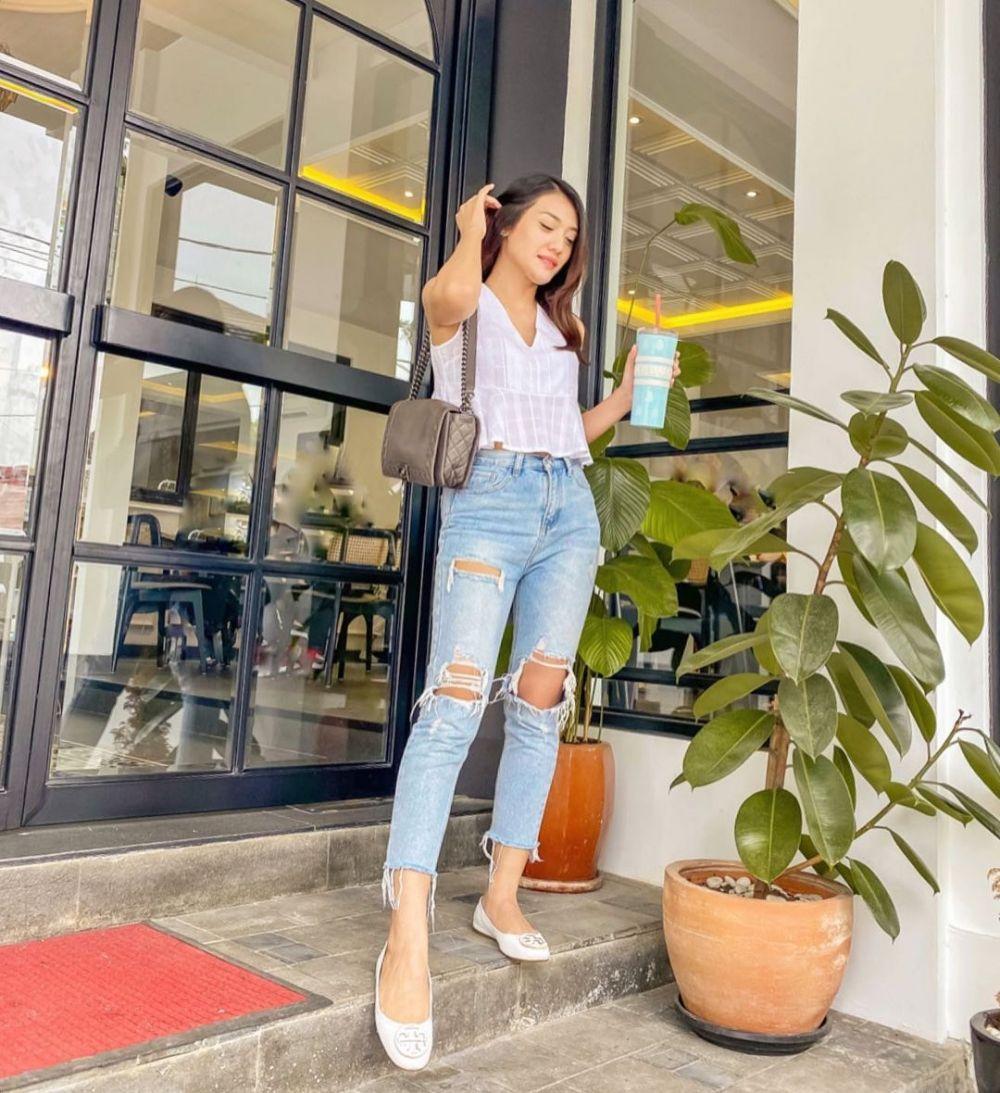 10 Ide Mix and Match Outfit Warna Putih ala Annisa Aziza, Manis!