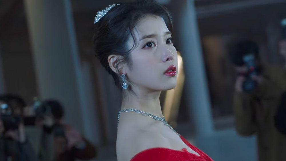 Tampil Menawan, 9 Potret IU Comeback Single di MV Celebrity