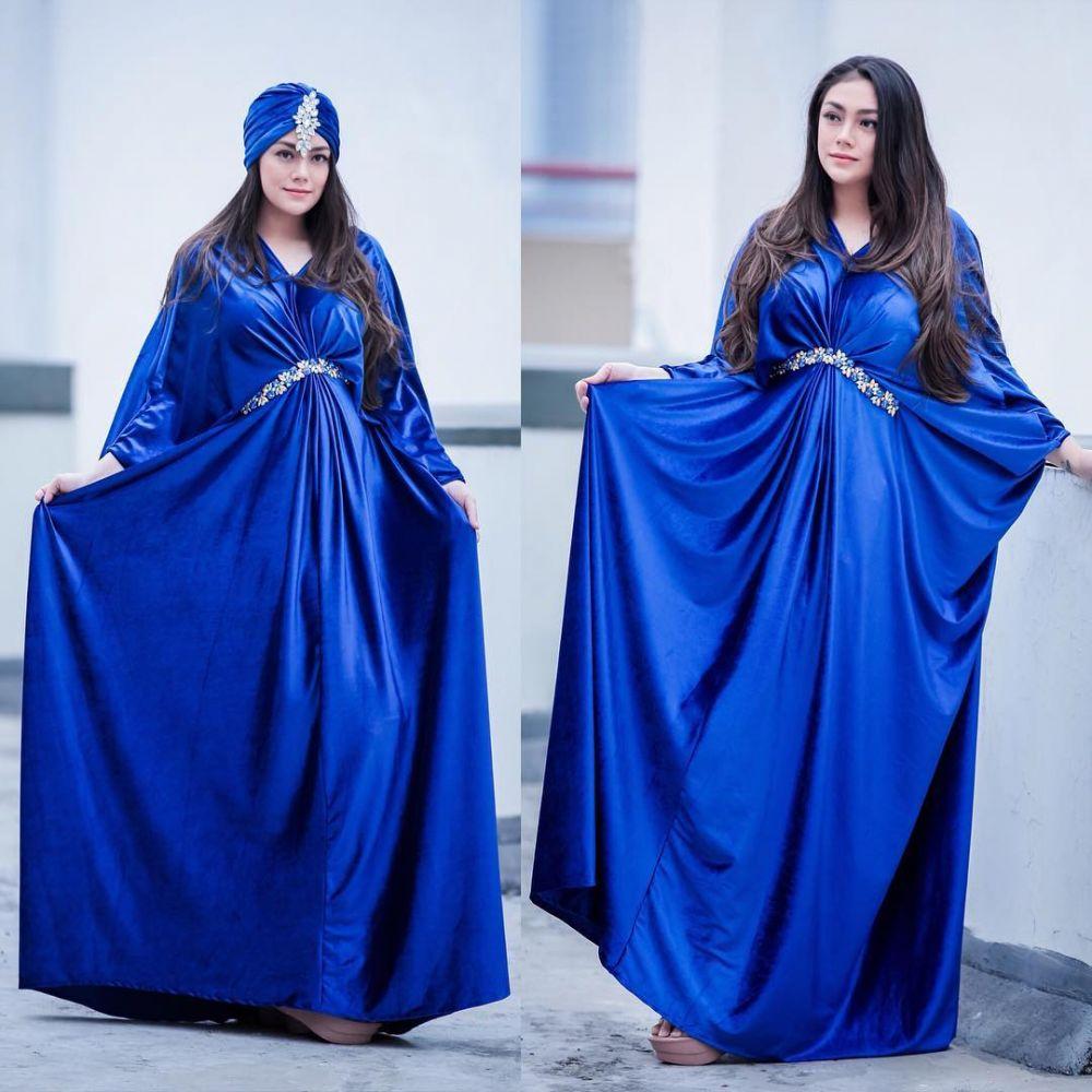 9 Potret Memikat Celine Evangelista Pakai Busana Biru, Bak Cinderella!