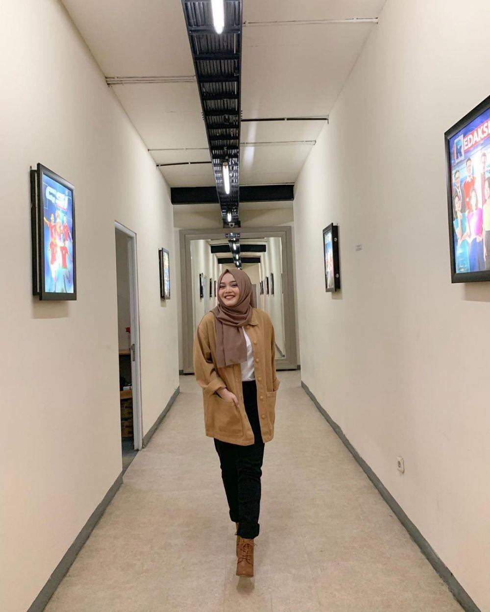 10 Ide OOTD Hijab Simpel dan Kasual ala Putri Delina, Kece Abis!