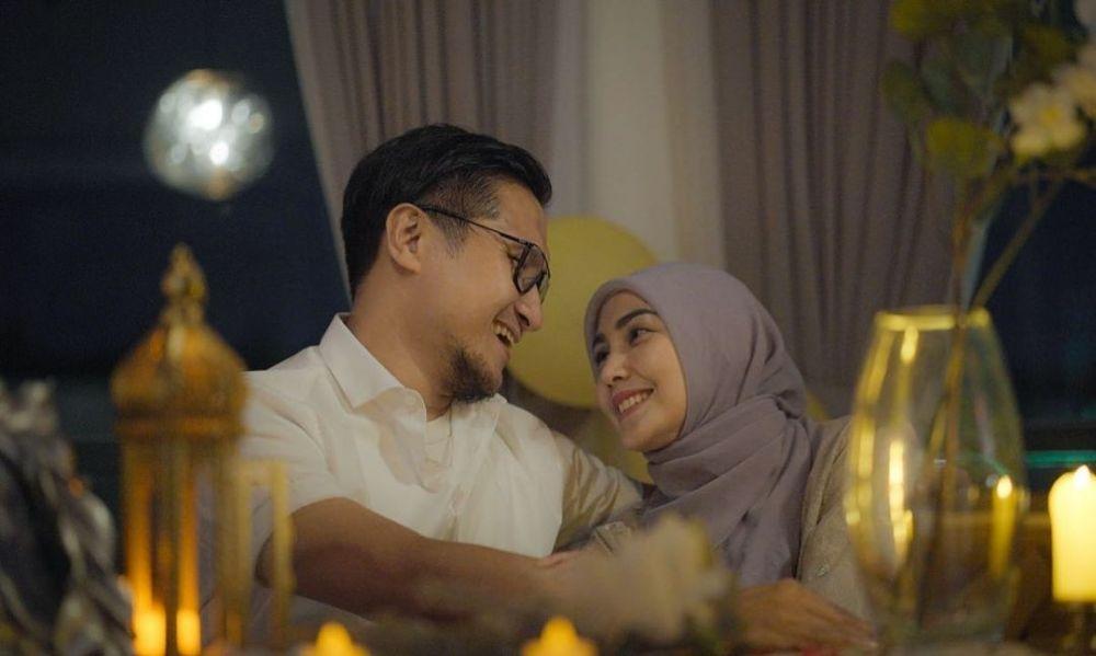 Rayakan Anniversary ke-16, 9 Potret Romantis Arie Untung dan Fenita