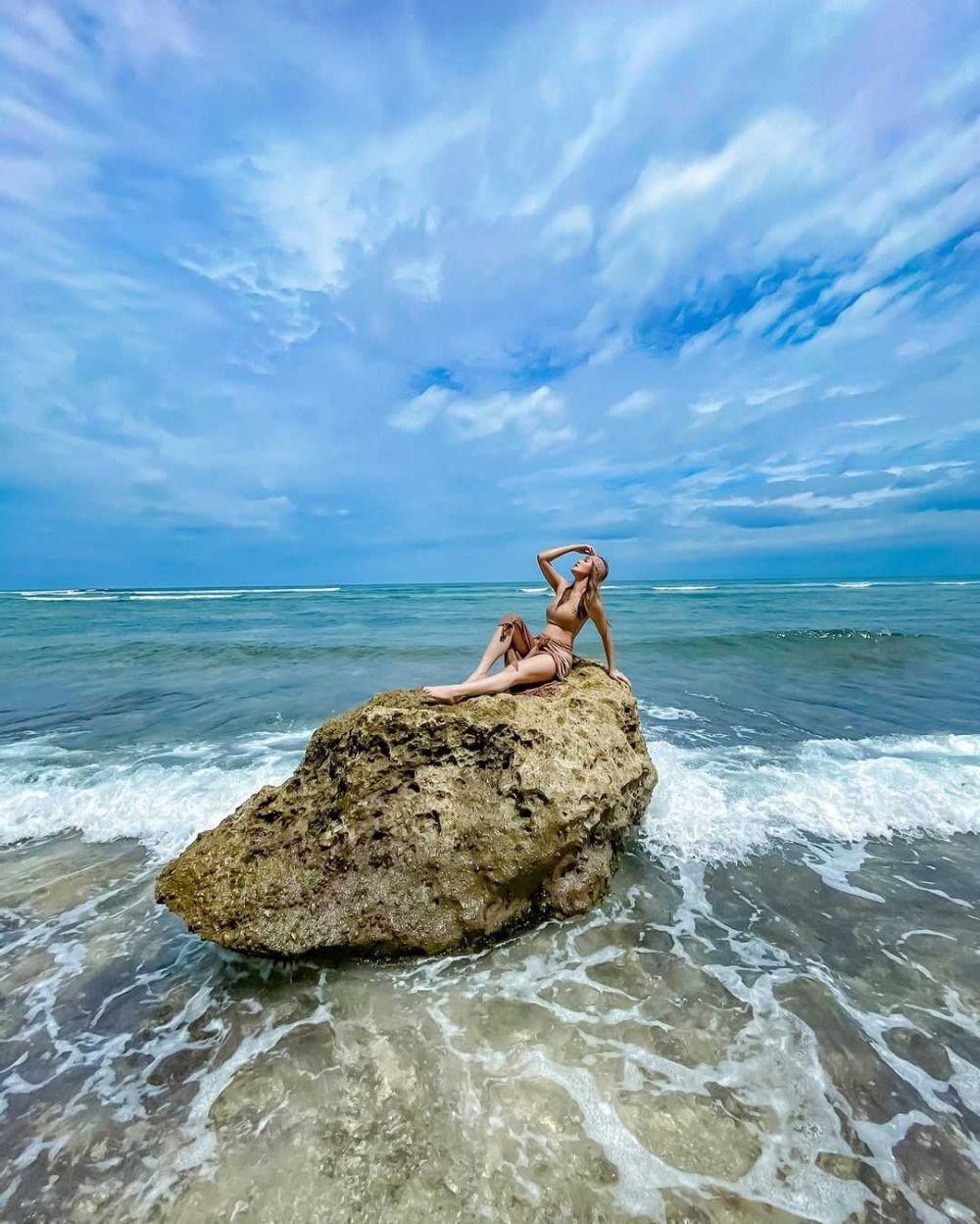 10 Gaya Liburan Sylvia Genpati yang Curi Perhatian, Suka ke Pantai!