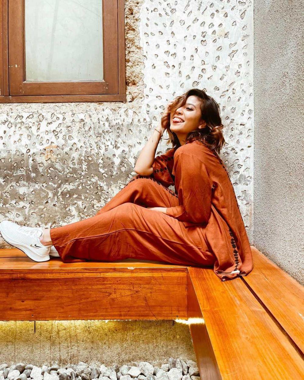 10 Inspirasi Mix and Match Outfit dengan Jumpsuit Ala Awkarin, Simple!