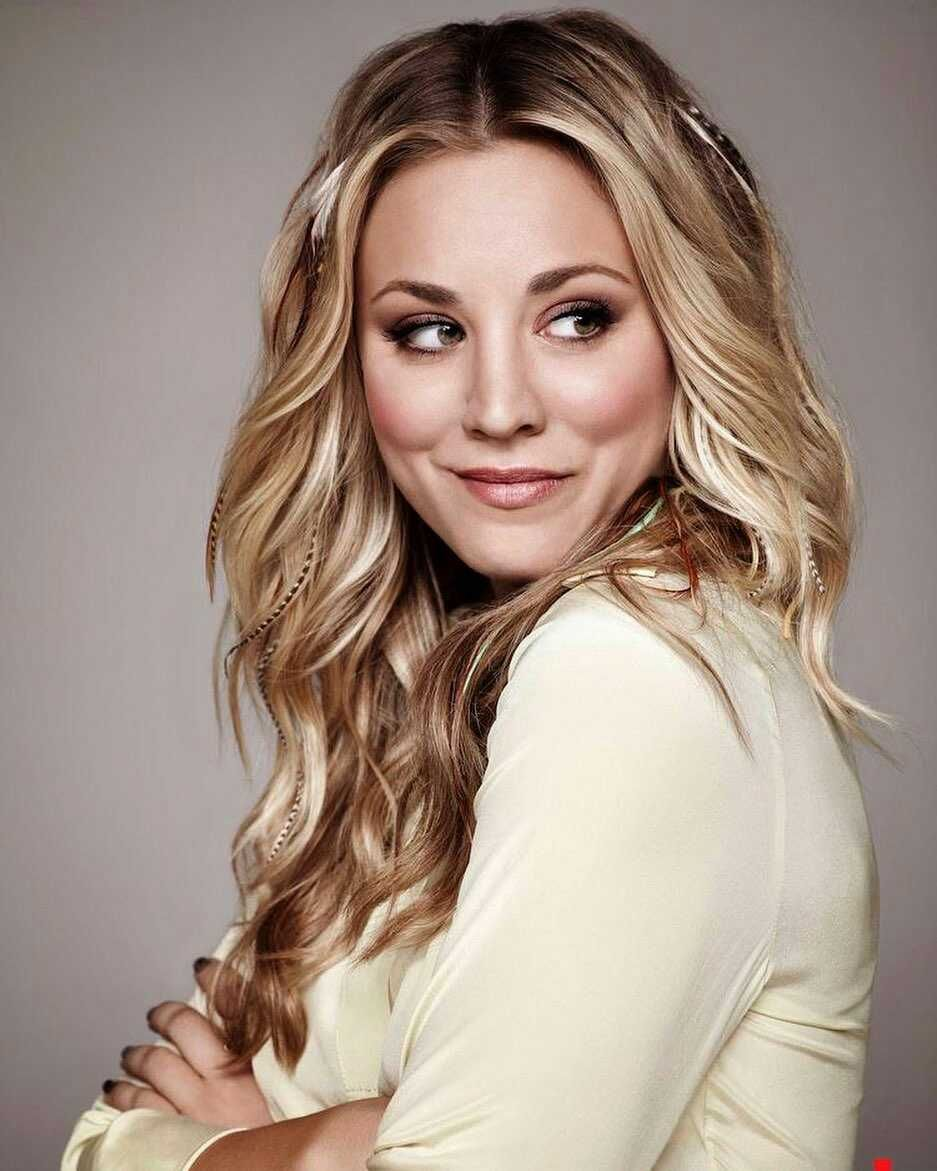 9 Potret Kaley Cuoco yang Jadi Pramugari di The Flight Attendant