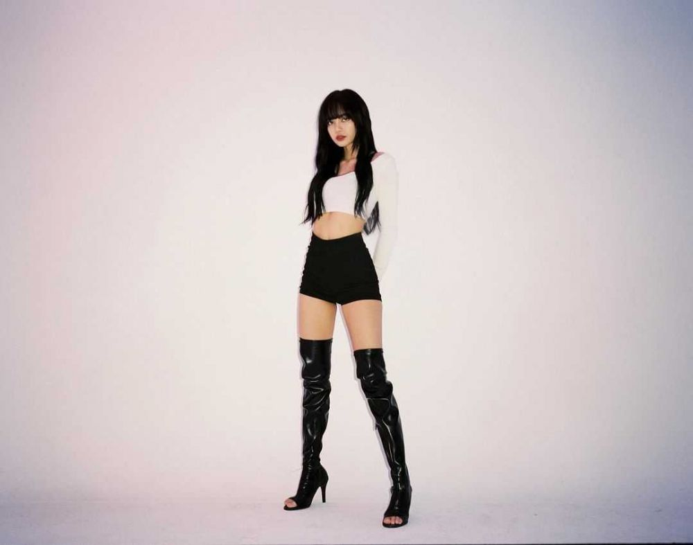 10 Potret Lisa BLACKPINK dengan Long Boots Makin Stand Out!