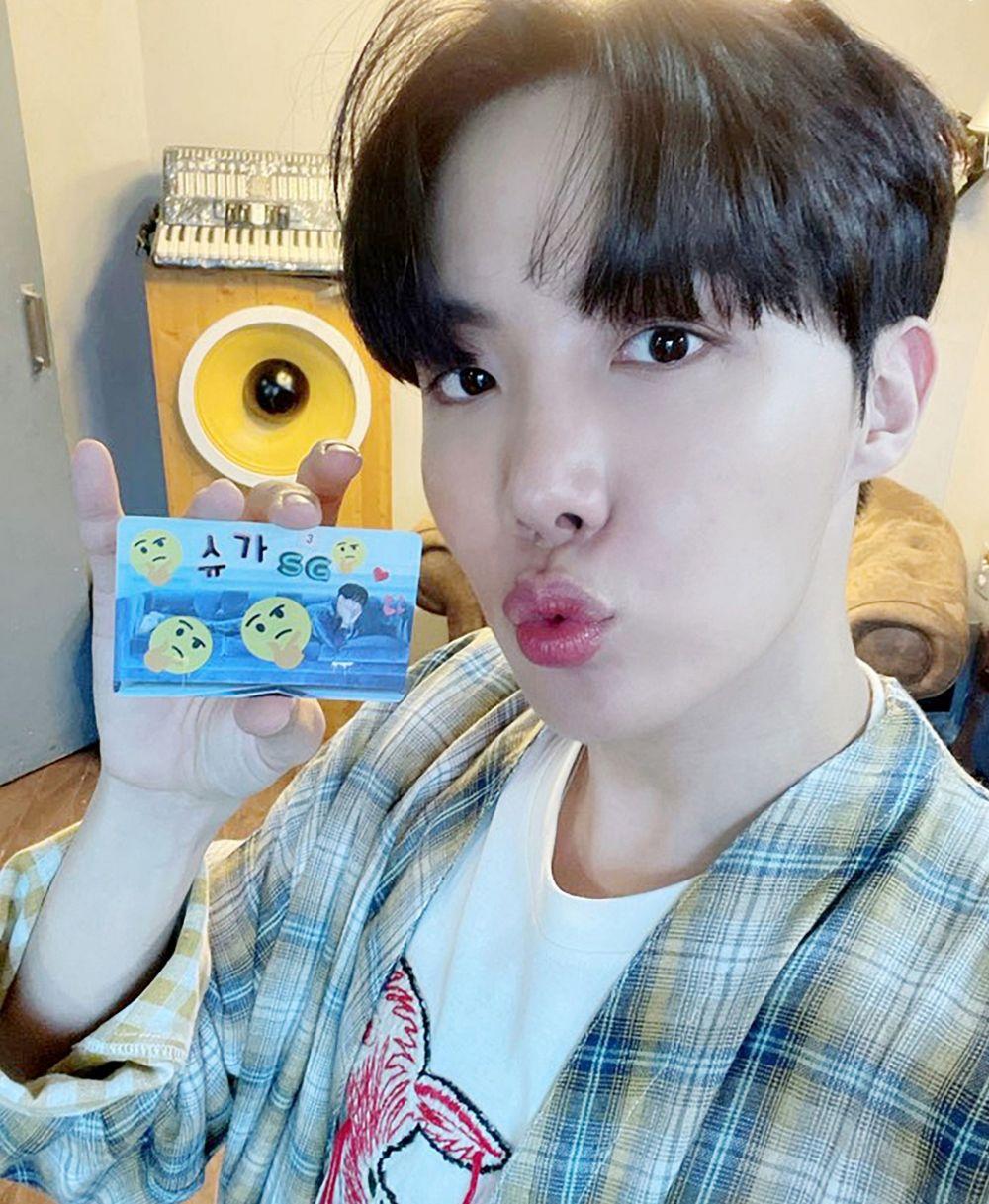 Sangat Kreatif, 10 Momen BTS saat Mendekorasi Photo Card Album BE