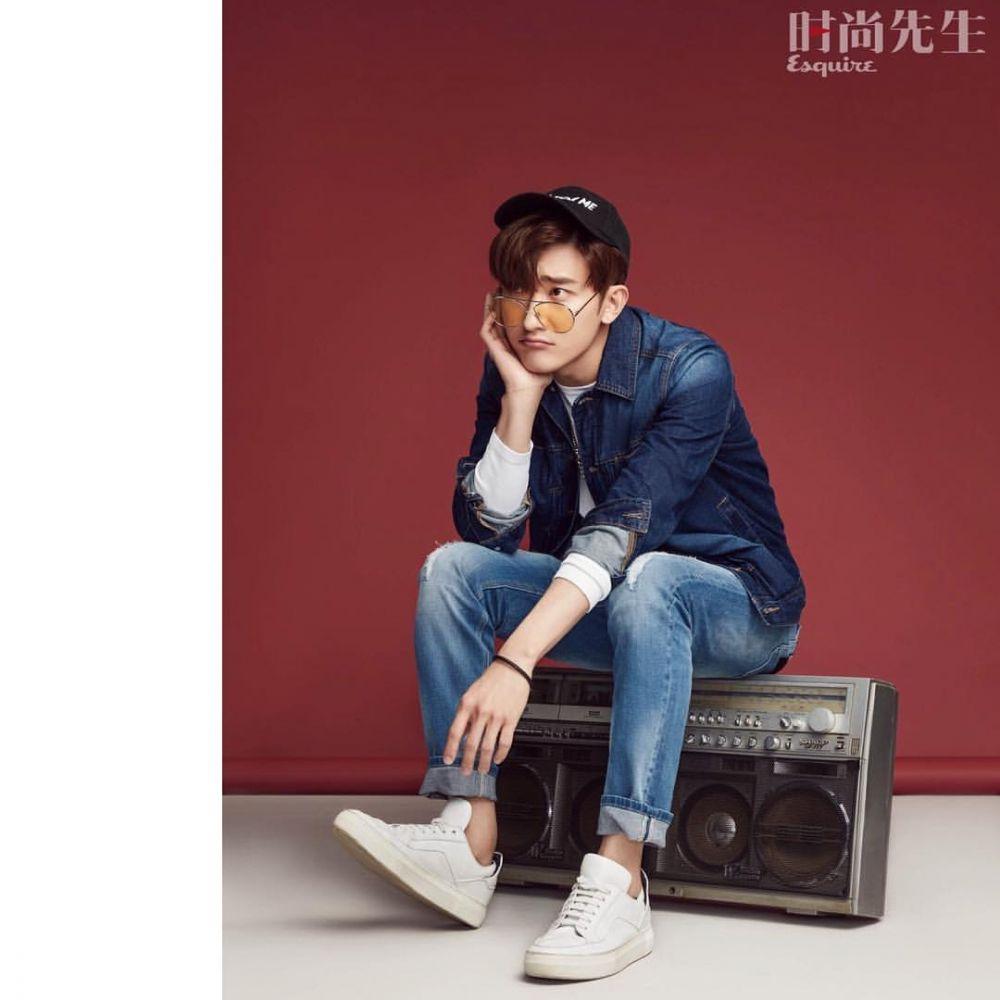 9 Ide Outfit Kencan Ala Zhoumi Super Junior M dengan Celana Blue Jeans