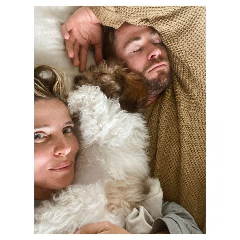 Belasan Tahun Bersama, 10 Potret Romantis Chris Hemsworth dan Istri