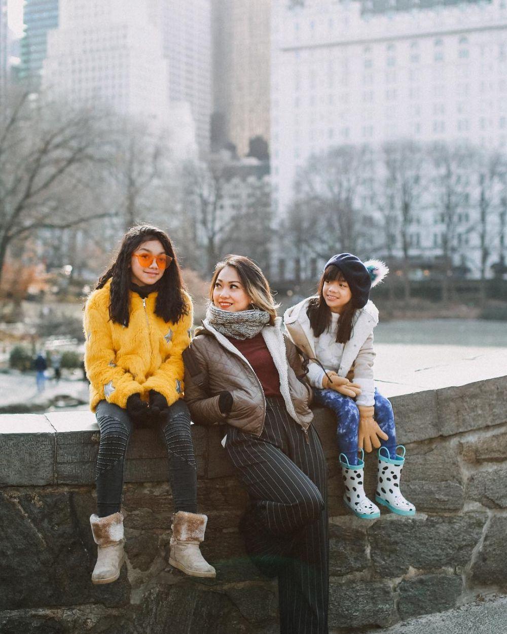 Bak Teman Segeng, 9 Potret Hangat Artis Bersama Dua Putrinya
