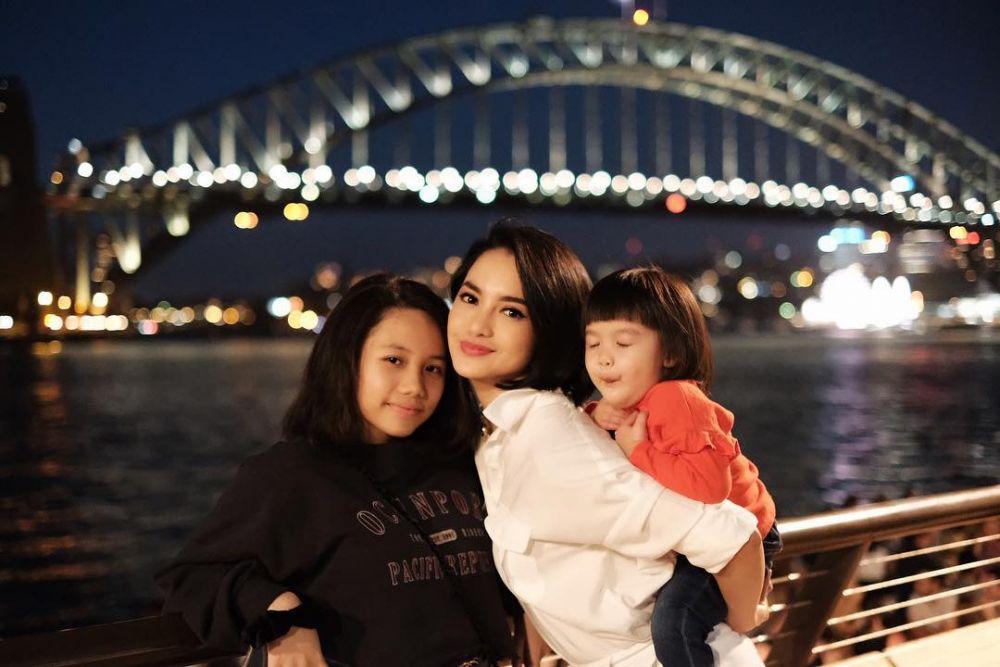 Keibuan Banget, 9 Potret Hangat Ririn Ekawati Bersama Dua Putrinya