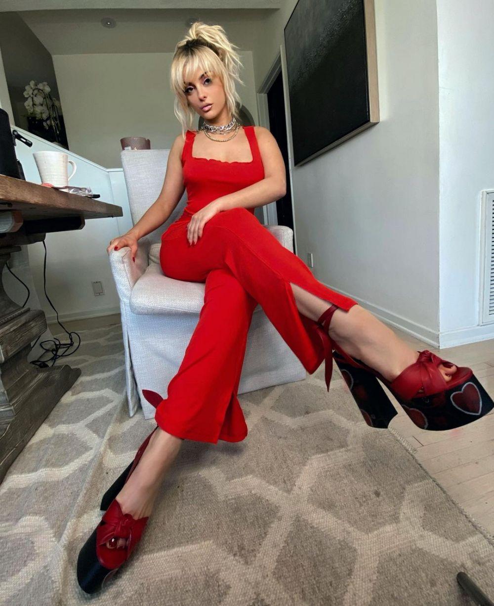 Ubah Gaya Rambut, 10 Potret Bebe Rexha dengan Gaya Blonde Berponi