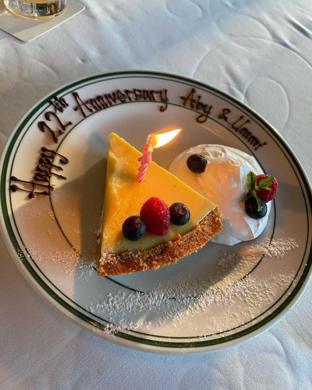 22 Tahun Menikah Mesra Terus! 10 Potret Cindy Fatikasari dan Suami