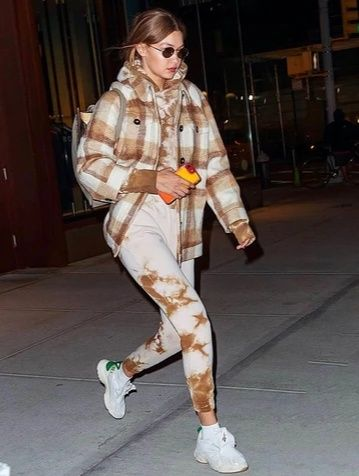 Tampil Chic, 10 Ide Mix and Match Outfit Tie Dye ala Gigi Hadid!