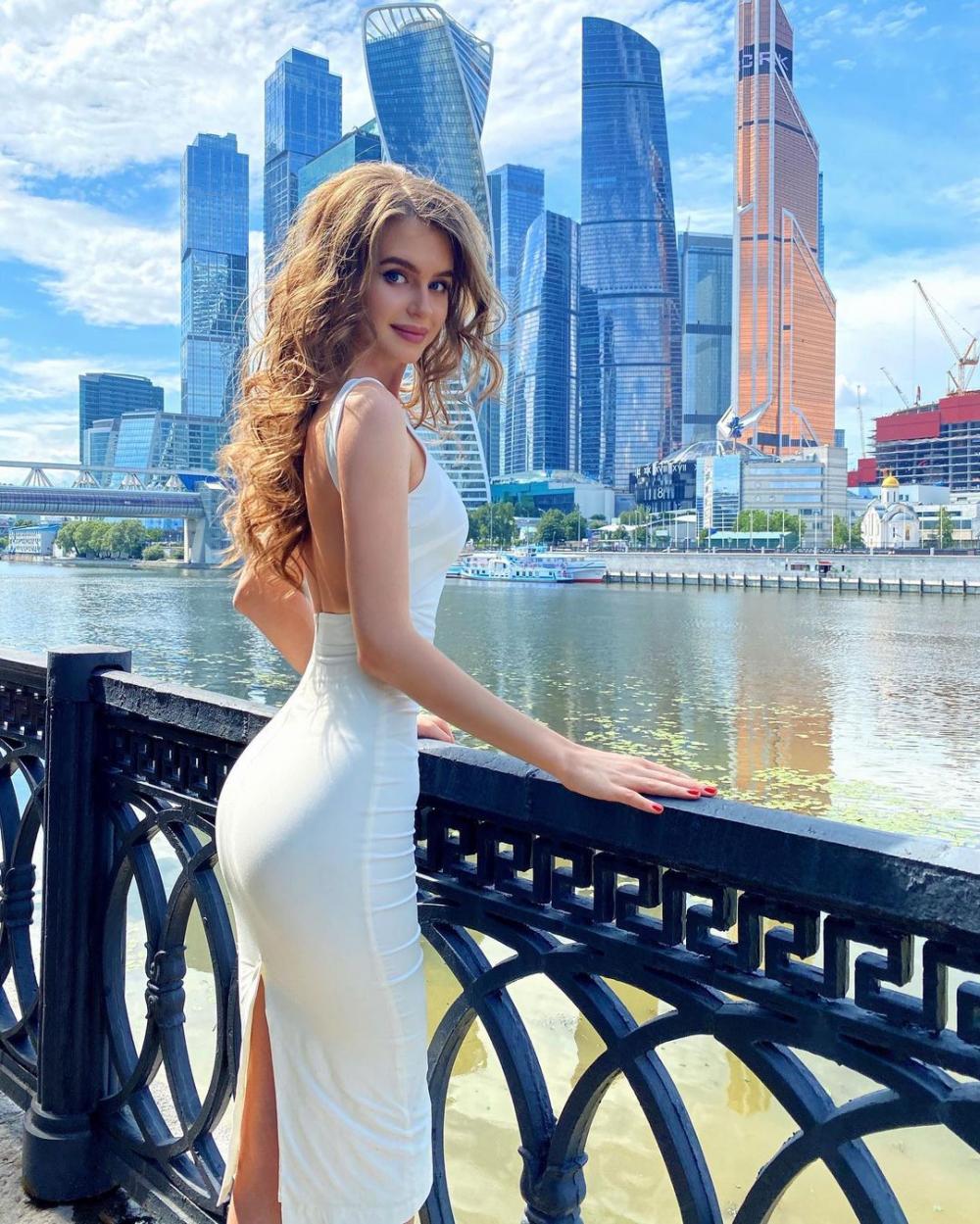 9 Pesona Alina Sanko, Miss Universe Russia 2020 yang Bak Barbie Hidup