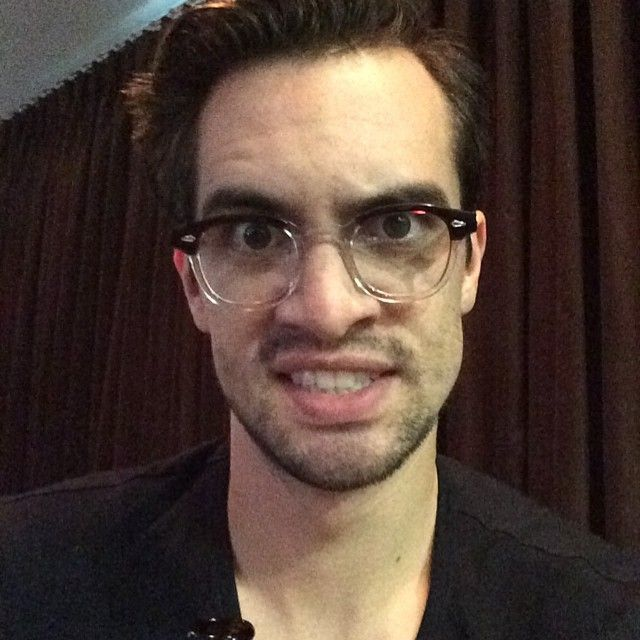 Ultah ke-34, 9 Potret Close Up Brendon Urie Teman Duet Taylor Swift