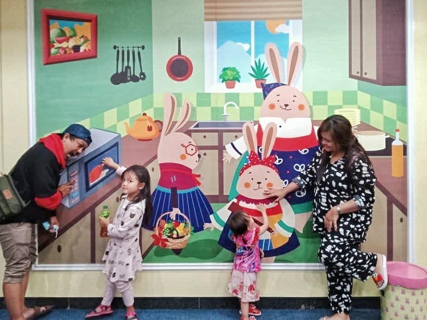 Jarang Disorot, 9 Potret Tisna Tukang Ojek Pengkolan Bersama Keluarga