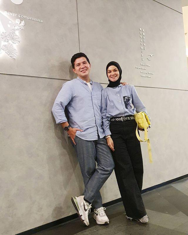 Tetap Serasi, 9 Pasangan Seleb yang Lebih Tua Istri Setahun