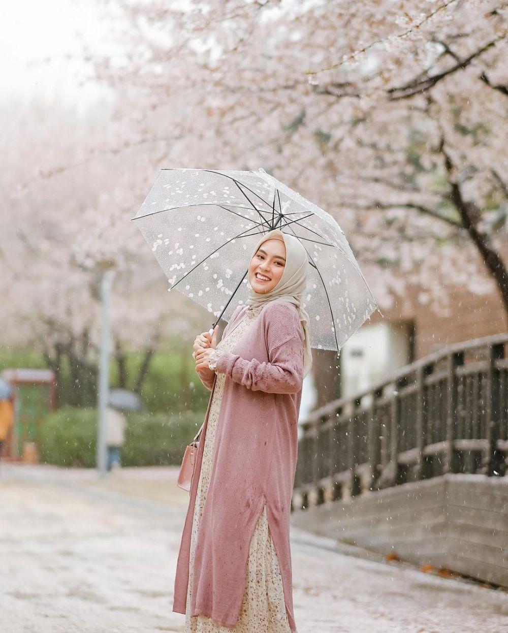 10 Potret Manis Bianca Kartika di Bawah Pohon Sakura, Memesona!
