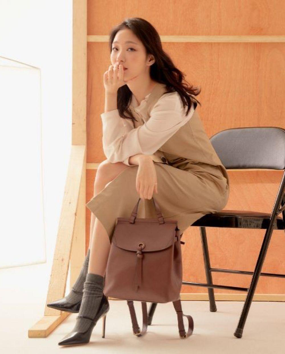 12 Inspirasi Outfit Dress ala Aktris Kim Go Eun, Classy dan Trendi!
