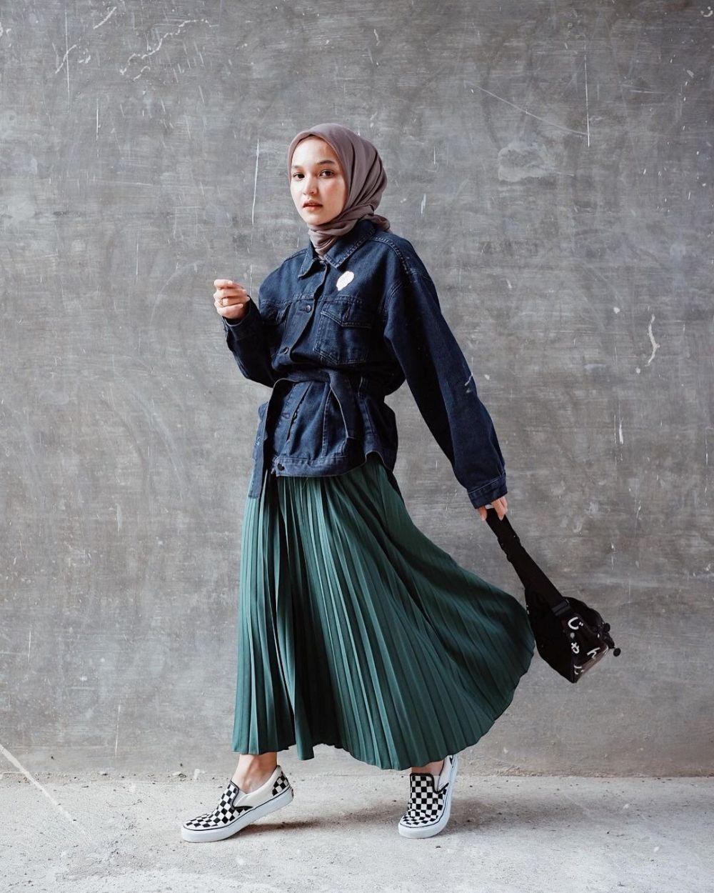 10 Padu Padan Outfit dengan Pleated Skirt ala Soraya Ulfa, Kekinian!
