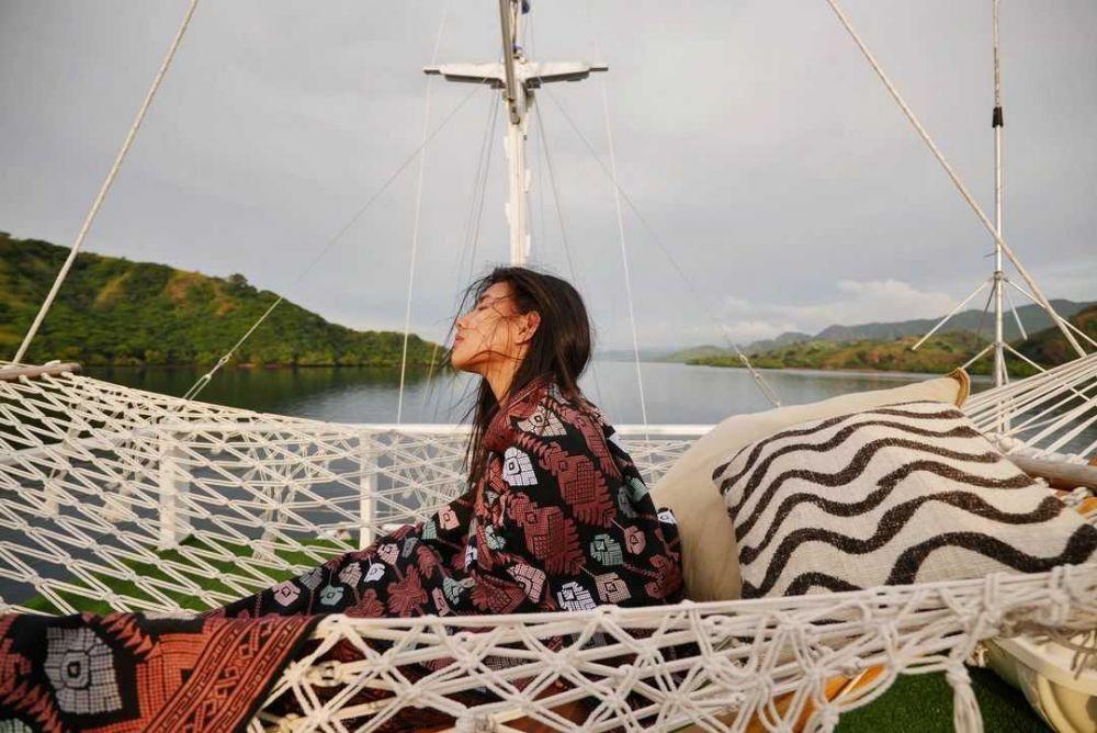 9 Potret Seru Shenina Cinnamon Pelesiran di Pantai dan Laut Flores