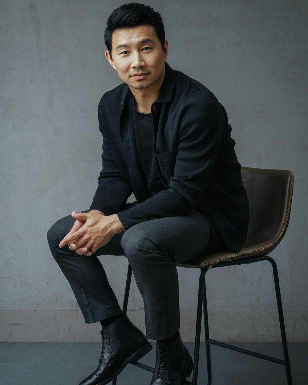 9 Ide Outfit Trendi ala Simu Liu, Pemeran Utama di Film Shang-Chi
