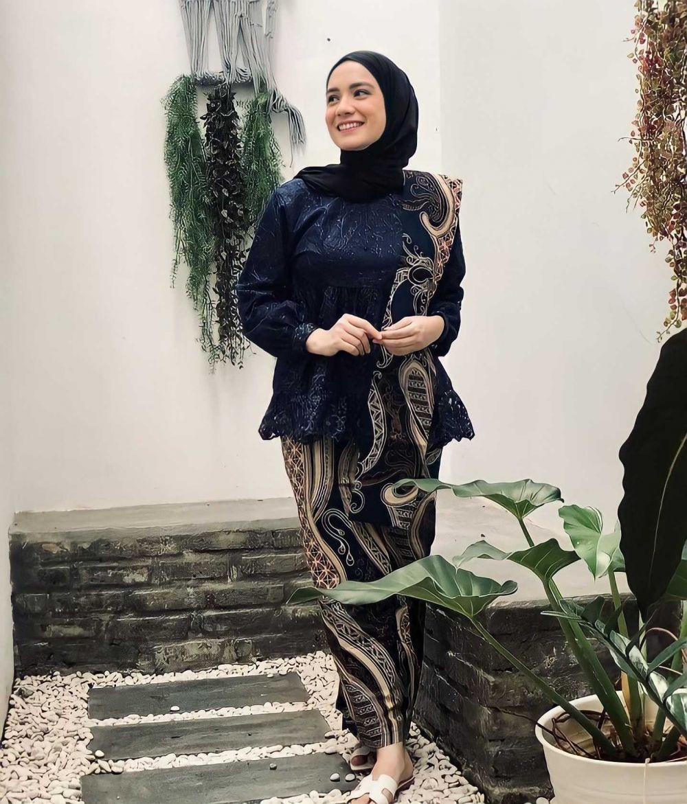 Mualaf Sebelum Menikah, 10 Potret Elegan Putri Anne dengan Hijab Hitam