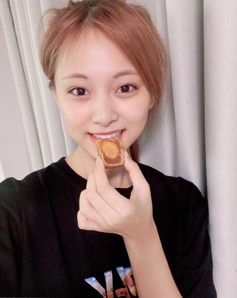 9 Potret Selfie Tzuyu TWICE dengan Makeup Tipis, Tetap Menawan!