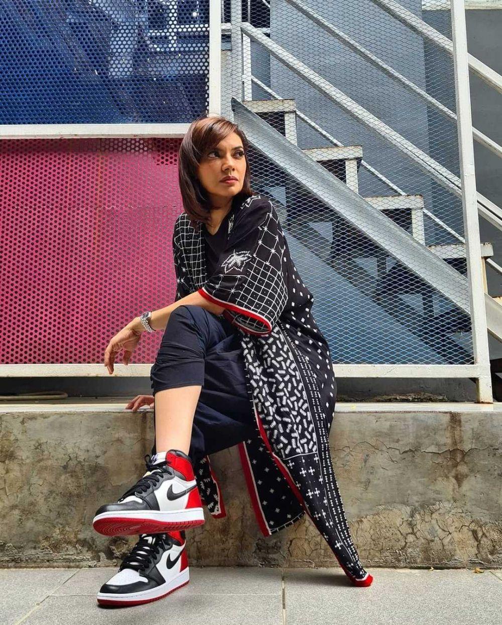 10 Potret Najwa Shihab dalam Balutan Busana Serba Hitam dan Sneakers