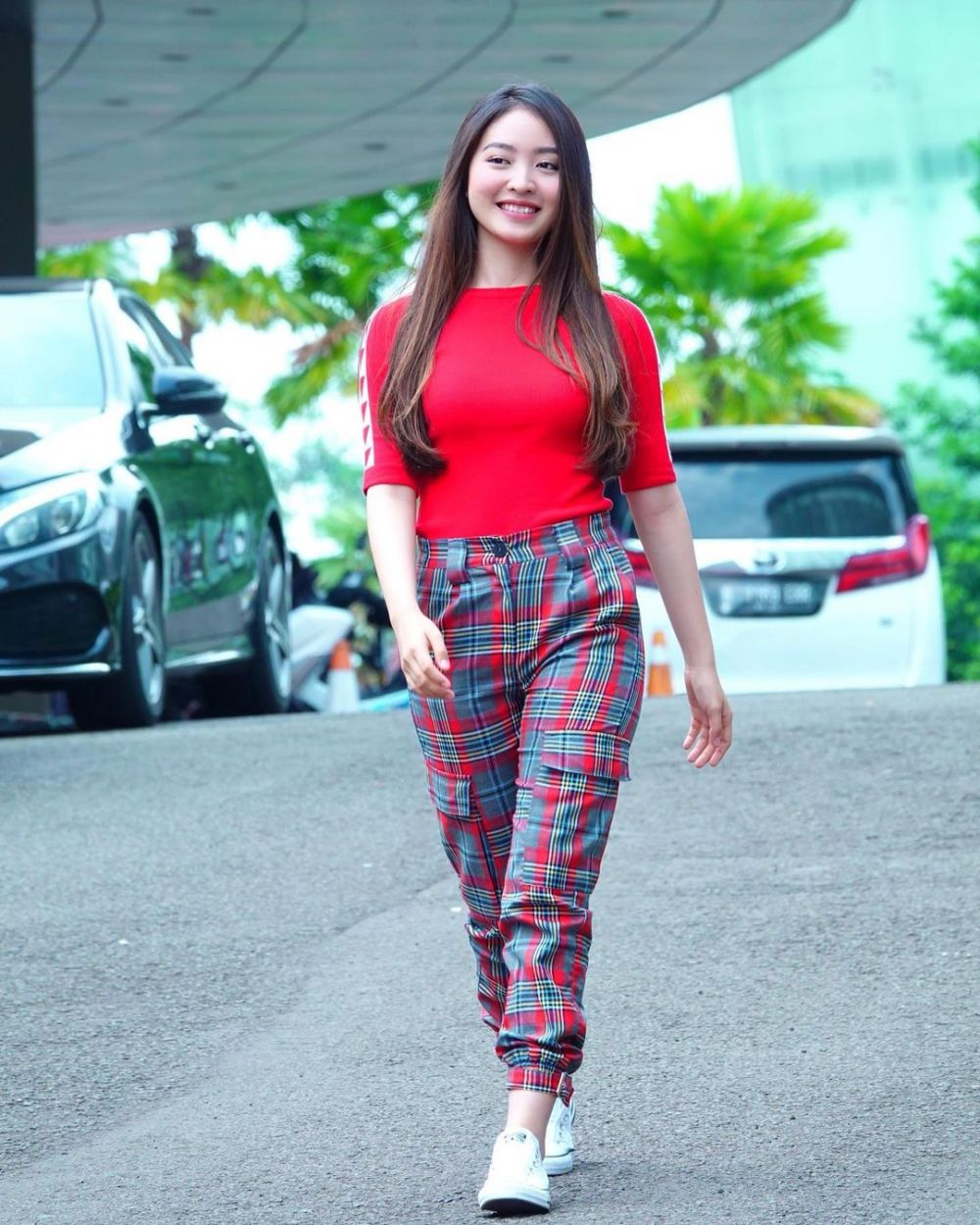 10 Ide Mix and Match Outfit Kotak-kotak ala Natasha Wilona