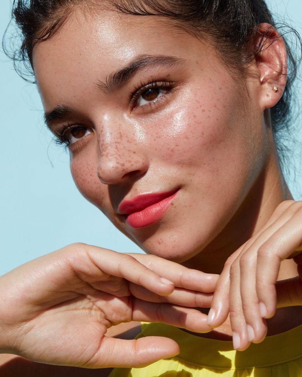 11 Makeup Harian untuk Medium Skin Tone ala Model Tashi Rodriguez